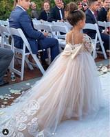 şirin dantel çiçek kız elbiseleri toptan satış-Sevimli Uzun Kollu Çiçek Kız Elbise Big Bow Küçük Prenses Düğün Doğum Bebek Elbise ile 2020 Lüks Dantel Aplike