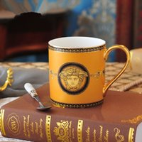 tazas de café de cerámica de estilo europeo al por mayor-Estilo europeo Golden Man Bone China Coffee Mug Whit Spoon Esquema pintado a mano de alto grado en taza de desayuno de cerámica de oro
