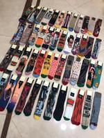 calcetines de niña de colores al por mayor-2019 el más nuevo diseño de mujer Calcetines 49 estilos Medias Calcetines Marca de moda Colorido oro algodón calcetines de seda para niña