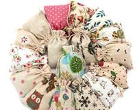 ingrosso mini sacchetti di lino-3Size floreale originale Lino Borsa con coulisse Matrimonio Natale Confezioni Pochette Sacchetti regalo Piccola borsetta gioielli Sacchetti mini Juta