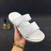 zapatillas benassi al por mayor-Benassi Sandalias de verano Zapatillas para hombre Zapatos de diseñador ocasionales Vestido de mujer Cómodo interior Slip On Scuffs Playa al aire libre Zapatillas de playa 36-45