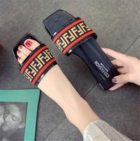 los mejores zapatos casuales de verano al por mayor-Sandalias de diseño para mujer Más vendidos con la letra Más vendida Letra clásica Negro Blanco 2 colores disponibles Playa de verano para niñas Lady