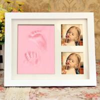 bebek hediye oyuncakları toptan satış-Bebek Handprint Ayakizi Maker Toksik Olmayan Yenidoğan Künye El Inkpad Filigran Çerçeve Ile Bebek Hediyelik Eşya Oyuncaklar Hediye