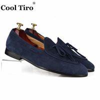 zapatos casuales marrones frías al por mayor-Cool Tiro Gamuza Mocasines Hombres Mocasines Zapatillas de moño de cuero Zapatos de vestir de boda Hombre Pisos Zapatos casuales Slip on black Brown blue # 187976