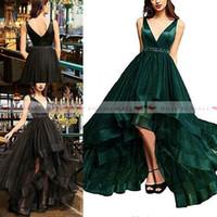 grünes hi lo organza kleid großhandel-V-Ausschnitt Smaragdgrün Hallo-Lo Abschlussballkleider 2019 Perlen Kristall Schärpe Formelle Party Kleider Piping Tüll Kleid
