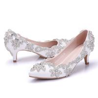 beyaz kedi yavrusu düğün ayakkabıları topuklar toptan satış-Inç Orta Topuk Düğün Ayakkabı Beyaz Renk Taklidi Gece Kulübü Dans Ayakkabıları anne Gelin Ayakkabıları Yavru topuk boyutu 43