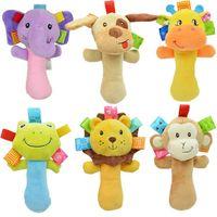 yapışkan şeyler toptan satış-Prettygift Çoklu stilleri Güzel Peluş Hayvan Bebek Çıngırak Squeaky Çocuk Yenidoğan Hediyesi için oyuncaklar El Bells Sticks