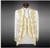 traje blanco chaleco dorado al por mayor-Nueva llegada Novio Esmoquin blanco con bordado de oro Traje de hombre Padrinos de boda para hombre Trajes de boda Trajes de baile (chaqueta + pantalones + chaleco) 020