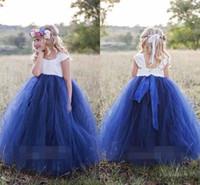 niña de las flores del cabo blanco al por mayor-Linda princesa blanca azul marino, azul vestidos de flores para niñas 2019 Bateau cuello manga del cabo Puffy vestido de bola Girls Pageant vestido de primera comunión