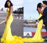 plumas de vestidos amarillos al por mayor-Vestidos de baile amarillos atractivos con plumas Criss Cross Correas espalda abierta sirena con cuello en V niñas negras vestidos largos de graduación 2019