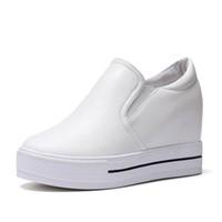 sneakers keil fersen großhandel-Weiße Schuhe Frau Sneakers Wedges Höhe Zunehmende Damen Trainer Frauen Casual Plateauschuhe Mode High Heels Zapatos Mujer Plataforma
