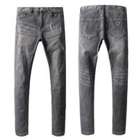 herren-patch-design großhandel-Berühmte Design Motorrad Jeans Metall Patch Mann grau Stretch Cowboy Hosen zerrissen Slim Fit Biker Denim Hose Mens