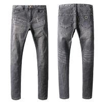 ingrosso pantaloni per il design degli uomini-Famous Design Motocycle Jeans Metal Patch Uomo Pantaloni da cowboy elasticizzati grigi strappati pantaloni in denim da uomo slim fit Biker