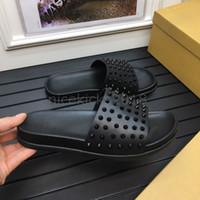 erkek kayma ayakkabıları toptan satış-Tüm Siyah Erkekler Kadınlar Terlik Kırmızı Dipleri Lüks Tasarımcı Spike Bayanlar Plaj Terlik Erkek Ev Terlik kaymaz Deri Erkek Rahat Ayakkabılar