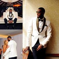 tuxedo gold für hochzeit großhandel-2020 hübsche weiße Hochzeit Smoking Slim Fit Gold Muster Laple Anzüge für Männer Günstige One Button Bräutigam Anzug nur die Jacke und Taschentuch