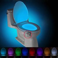 luz nocturna del baño al por mayor-BRELONG Aseo noche la luz de la lámpara LED inteligente Baño de movimiento humano activado PIR 8 colores RGB automática de luz de fondo de la taza del inodoro Luces