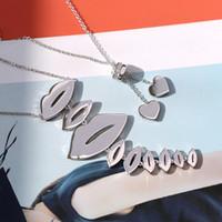collier à lèvres plaqué or achat en gros de-Mode personnalité créatrice Romantique Lèvres Forme Diamants Femmes Acier Plaqué Or 18K Collier Designer Charme Pendentifs Bijoux