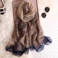 ingrosso scialli di leopardo-Sciarpa di design di lusso di moda femminile sciarpa nuova sciarpa di seta nero fondo leopardo stampa grande asciugamano spiaggia scialle quattro colori tra cui scegliere