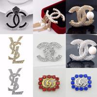 ingrosso gioielli in costume perla per le donne-Famosa spilla di perle placcata in oro di lusso designer spille spilla di diamanti spille moda donna gioielli cena costume decorazione