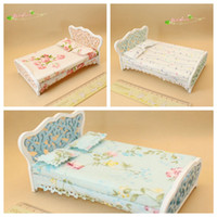 meuble chambre à coucher blanche achat en gros de-1/12 Maison de poupée Miniature Chambre Meubles Mini Lit avec Matelas Blanc Style Européen Mini Décor Mignon Cadeau Jouets pour Enfants