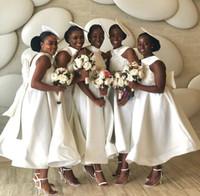 vestidos de dama de honor sin mangas al por mayor-Longitud blanca de raso una línea de corto vestido de dama joya sin mangas de cuello de té Apliques de boda vestidos de encaje con arco de los huéspedes