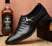 spitzen männer schuh großhandel-Neue Frühjahr 2019 Casual Herren Lederschuhe mit niedrigen Falten, britische Mode spitzen Business Kleid Schuhe