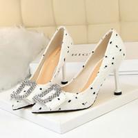 beyaz çizgili akşamlık ayakkabısı toptan satış-Fairy2019 Keskin Rhinestone Bow Tek Seksi Akşam Gösterisi Ayakkabı Kız Yüksek topuklu Beyaz Stüdyo Ayakkabı Gelinlik