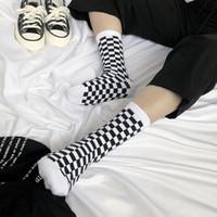 hombres calcetines corea al por mayor-Corea Funky Harajuku Trend Women Calcetines a cuadros Calcetines geométricos a cuadros Hombres Hip Hop Algodón Unisex Streetwear Novedad Calcetines