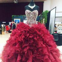 vestidos de quinceañera ruffles venda por atacado-Cristais Brilhantes Frisado vestido de Baile Quinceanera Vestidos Borgonha Organza Querida Cascading Babados Doce 16 Pageant Partido Vestidos BC1893