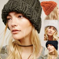 kızlar külahı kulaklıklar toptan satış-Kadınlar Moda İçin Nedensel Kış Örgü Şapka Earmuff'lar Yumuşak Şapka Kız Örgü Sıcak Manuel Yün Yüksek Kalite Kadın Caps tutun