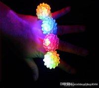 morango claro venda por atacado-ht Atacado-60pcs / brinquedo caixa de LED piscando Light Up Toys Bumpy geléia Anéis luminosa morango anel menina modelo noite de adorno presente crianças