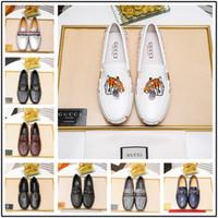 blaue knopfschuhe großhandel-Mix 22 Modell Persönlichkeit Luxus Berühmte Marken Schuhe Patent Schuhe Mocassin Metal Button Blau Grau Größe 38-45 Mit Box