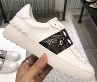 zapatos abiertos para los hombres al por mayor-Valentino Zapatos de diseñador de moda de hombres, mujeres y mujeres Zapatillas abiertas de cuero blanco con banda azul NY0S0830 BLU G62 Zapatillas deportivas con caja