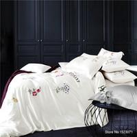 ingrosso biancheria da letto viola blu-TUTUBIRD-Lusso ricamato bianco viola 3D set di biancheria da letto grigio blu rosso biancheria da letto fiore copripiumino foglio 100% cotone 4 pezzi
