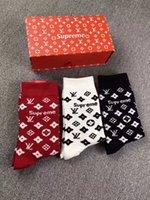 meias femininas venda por atacado-2019 SUP Meias Mais Novo Europeu Fashion Show L padrão Curto estoque para mulheres Dos Homens de impressão Bordado Em Caixa meias 3 pares em uma caixa de presente