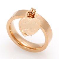 placas em forma de letra venda por atacado-Europa e América 316L titanium aço banhado a ouro rosa em forma de coração anel para casais T carta anel de jóias