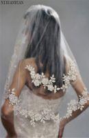 ingrosso velati da sposa d'argento-2019 Corti da sposa corti con perle Pizzo Economici Filo d'argento importati Fiore da sposa Veli da 2 strati con pettine da sposa