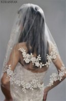 velos de novia de plata al por mayor-2019 Velos de novia cortos con perlas de encaje Flor de hilo importada barato Velo de novia Flor de 2 niveles con peine de boda