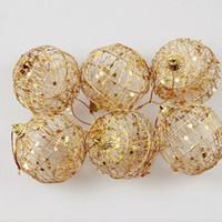 árbol de navidad adornos de bolas de oro al por mayor-6 piezas Glitter Christmas Tree Hollow Out Balls Árbol de Navidad Gold Ball Decoraciones Adornos navideños Fiesta Boda Decoración para el hogar