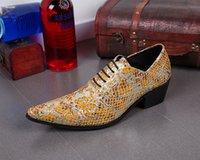ingrosso scarpe da sera in pelle-A punta britannico uomini del pattino di cuoio giallo floreale intagliato Lace Up Abito da sposa Scarpe Per scarpa sera del partito di Uomini Sapato sociale