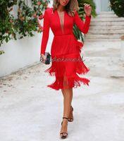 diz boyu kırmızı resmi elbise toptan satış-2020 Diz boyu Seksi Kırmızı Saten Uzun Kollu Kokteyl Elbise Katmanlı Püskül Kadınlar Kısa Abiyeler Derin V Yaka Örgün Parti Abiye