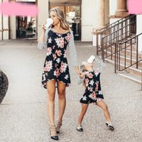 vestido floral madre al por mayor-Vestido de madre e hija Floral a juego Mamá Niñas Ropa familiar Trajes de playa Vestido de mamá y yo Ropa de desfile Vestidos