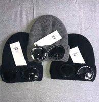 sombreros de cráneo negro al por mayor-CP COMPANY dos gafas gafas gorros hombres otoño invierno gorros gorros de punto gruesos sombreros deportivos al aire libre mujeres uniesex gorros negro gris