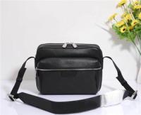 mejor bolsa de mensajero de cuero de los hombres al por mayor-Envío gratis global Classic Luxury Matching Leather Men 's Messenger Bag bandolera Mejor calidad bolso 30233 tamaño 25 cm 20 cm 10 cm
