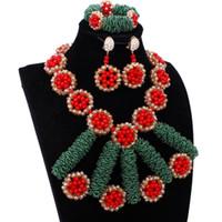 brincos brincos verde venda por atacado-Bijuteria de luxo Chegada Nova Conjunto de Jóias de Cristal Africano Ouro Verde Vermelho Jóias Dubai Brincos E Colar Conjunto Indiano