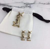 zubehör für herrenanzüge großhandel-2019 neue brief brosche 18 karat einfache mode männer und frauen anzug jacke pin strickjacke schnalle mantel zubehör ohrringe