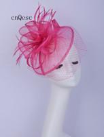 heiße rosa feder fascinator großhandel-2019 Pink Fuchsia Feather Fascinator Schleier Hut Braut Fascinator Sinamay Fascinator für Prom Mother'day Races Kentucky Derby