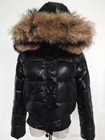 ingrosso giacca di parka rossa corta delle donne-Piumino da donna M piumino corto Parka corto 100% vera pelliccia di procione con piumino nero / rosso