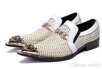zapatos blancos hebillas de oro hombres al por mayor-los zapatos de cuero de vaca para los hombres dedo del pie acentuado blanco del hierro zapatos de vestir de oro de cuero zapatos de vestir formal hebilla de los hombres zapatos de hombre