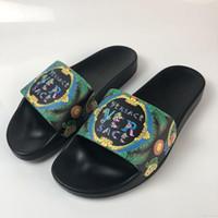 sandales de plage chaussures pour hommes achat en gros de-Versace shoes Hommes femmes designer de luxe Beach Slide Sandals Medusa Scuffs 2018 pantoufles noir Red Beach Fashion créateur Slip-on designer